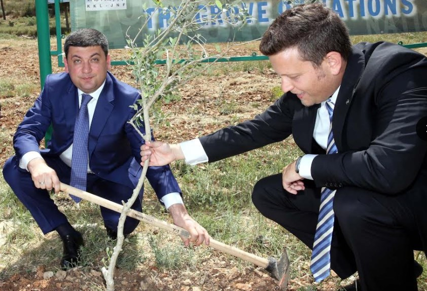 Премьер Украины посадил в Израиле дерево и может построить дом